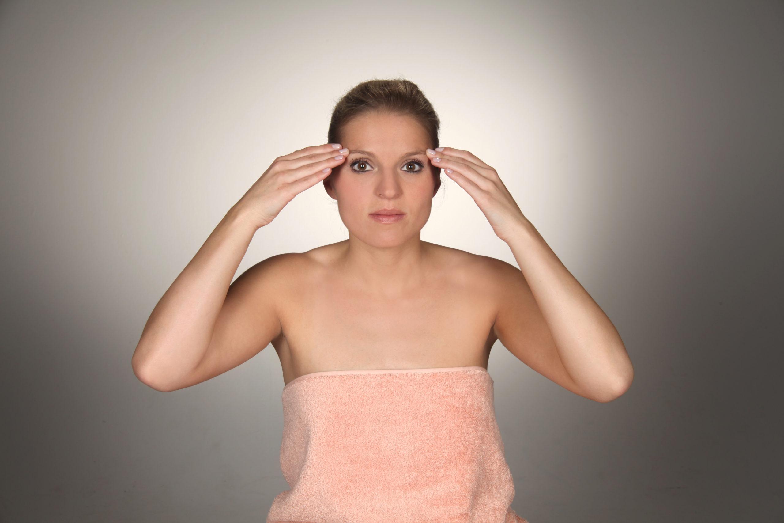 Kosmetische Gesichtsmassage - Augenbrauen drücken
