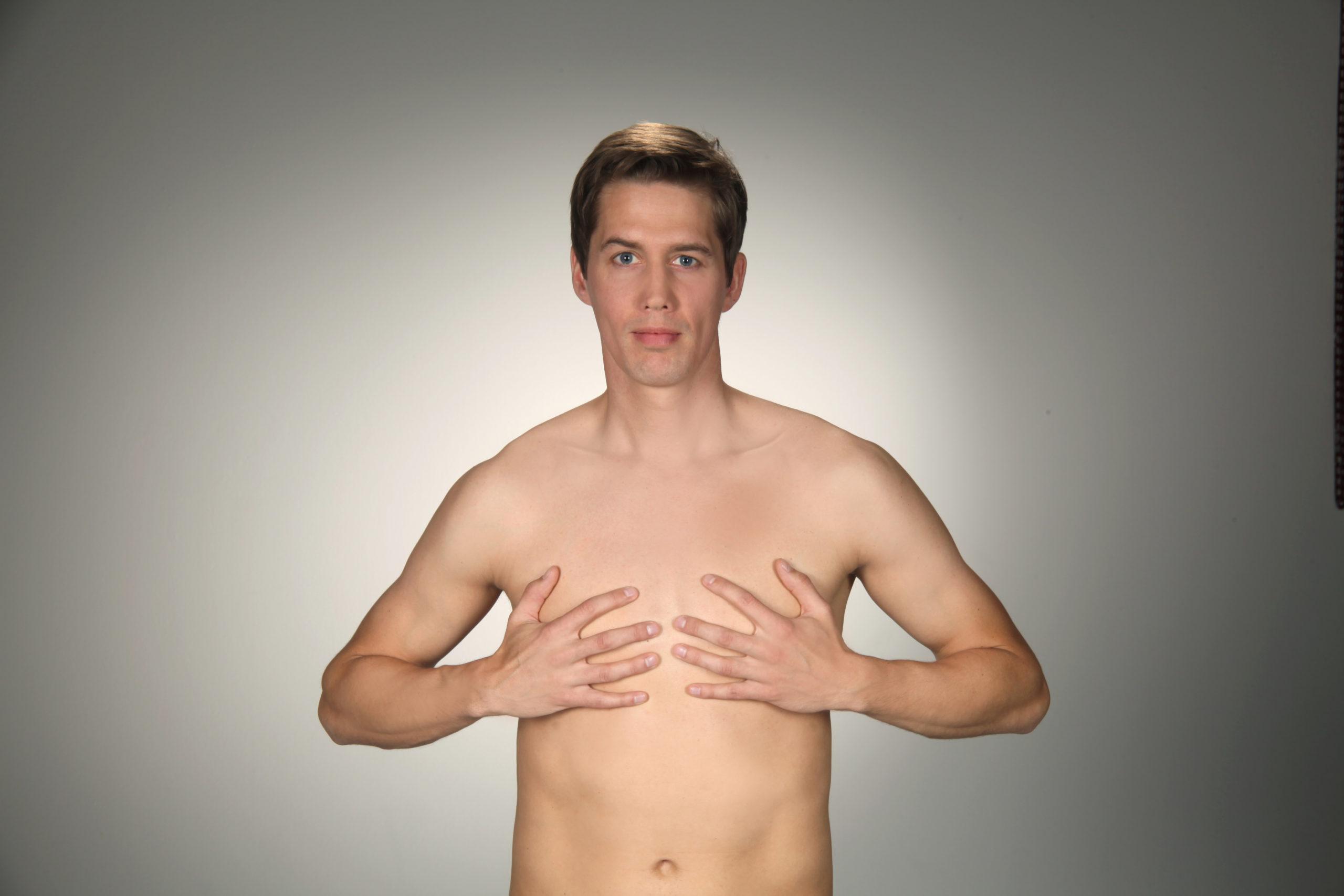 Kosmetische Gesichtsmassage - Rippenansätze am Brustbein kneten